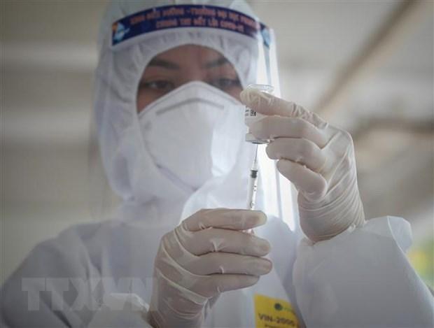 Nhân viên y tế chuẩn bị tiêm vaccine phòng COVID-19. (Ảnh: Danh Lam/TTXVN).