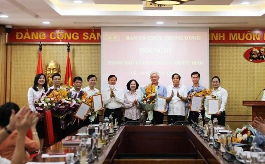 Trưởng Ban Tổ chức Trung ương tặng hoa chúc mừng các cán bộ được bổ nhiệm.