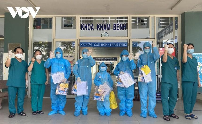 5 bệnh nhân và lãnh đạo bác sĩ ở Trung tâm Y tế Hòa Vang thể hiện quyết tâm chiến thắng Covid-19.