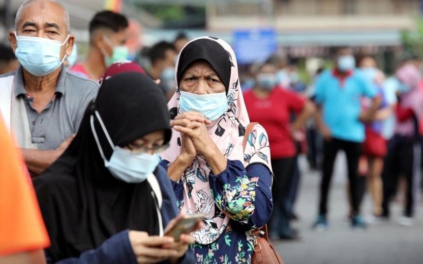 Người dân xếp hàng chờ làm xét nghiệm tại TP Klang, Malaysia, tháng 12/2020. (Ảnh: Reuters).