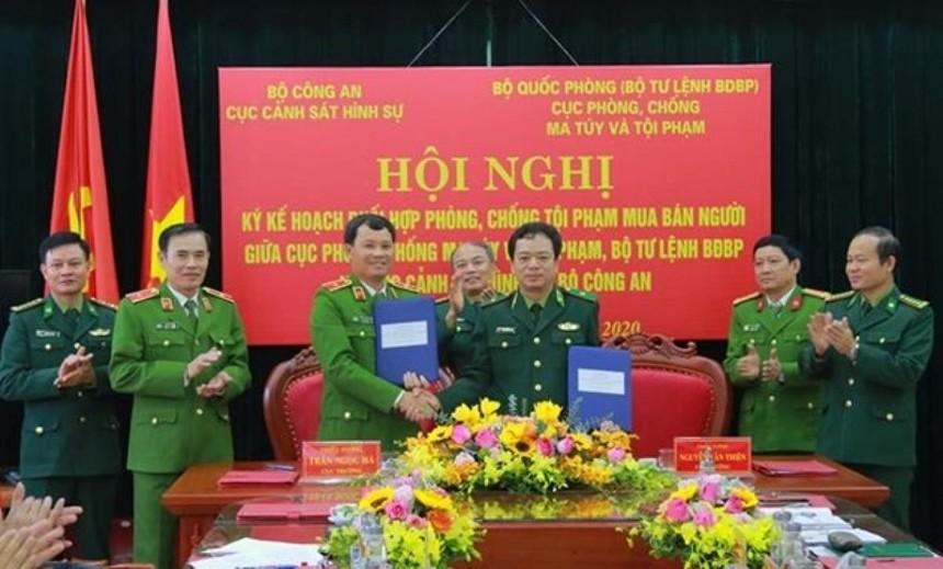 Thiếu tướng Nguyễn Văn Thiện (bên phải) và Thiếu tướng Trần Ngọc Hà, Cục trưởng Cục Cảnh sát Hình sự Bộ Công an trong lễ ký kế hoạch phối hợp. Ảnh: Báo Biên phòng.