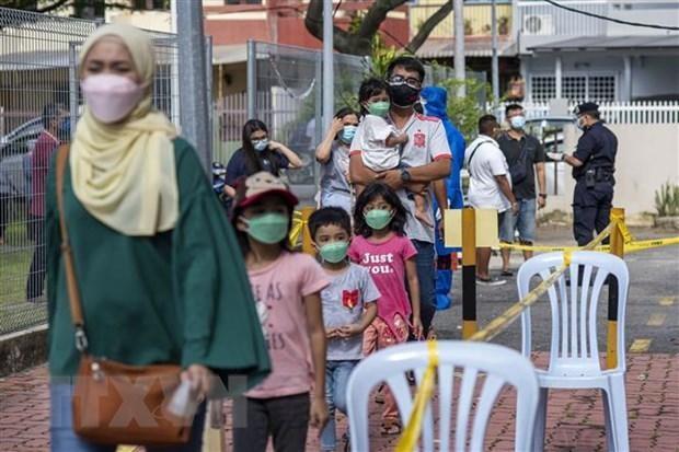 Người dân chờ xét nghiệm COVID-19 ở Klang, bang Selangor, Malaysia. (Ảnh: THX/TTXVN).
