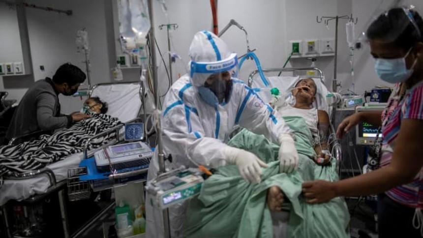 Nhân viên y tế chăm sóc bệnh nhân Covid-19 tại một bệnh viện ở thành phố Quezon, Philippines vào tháng 4. Ảnh: Reuters.