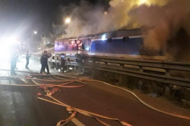 Đám cháy xảy ra tại toa chở hàng của tàu SE8 lucs1h sáng ngày 4/6 (Ảnh: CTV).