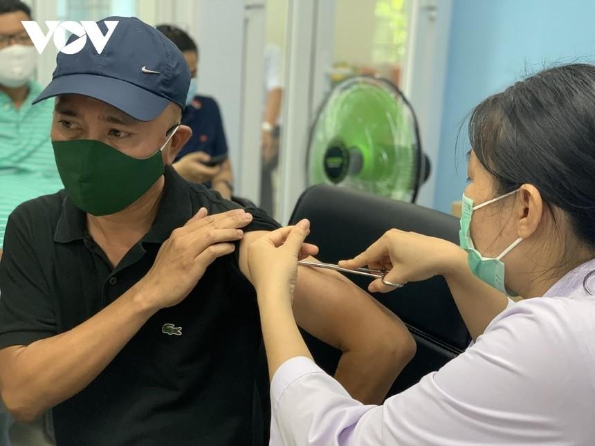 TP.HCM tiếp tục tiêm vaccine xin Covid-19 cho 10 đối tượng.