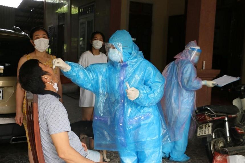 Ngành y tế Hà Tĩnh lấy mẫu xét nghiệm đối với những trường hợp liên quan.