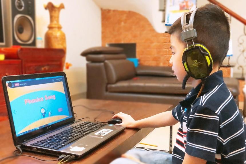 Học sinh Englishnow học tập chủ động với chương trình học trực tuyến Englishnow Co-learning.