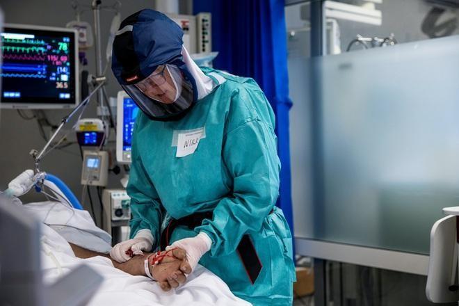 Nhân viên y tế điều trị bệnh nhân Covid-19 tại Na Uy (Ảnh: Reuters).