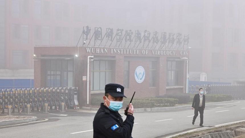 Nhân viên an ninh bên ngoài Viện Virus học Vũ Hán. Ảnh: Reuters.