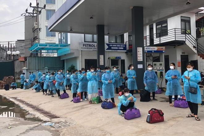 Công nhân ở trọ tại ổ dịch thôn Núi Hiểu, xã Quang Châu, huyện Việt Yên, chờ lên xe ô tô di chuyển đến khu cách ly tập trung của huyện.