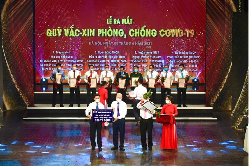 Chủ tịch HĐTV TKV Lê Minh Chuẩn đã trao tặng Quỹ số tiền ủng hộ 200 tỷ đồng.