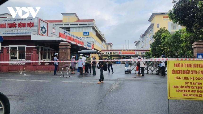 Phong tỏa tạm thời Bệnh viện đa khoa tỉnh Hà Tĩnh sau khi xác đinh 1 người làm việc tại đây mắc Covid-19.