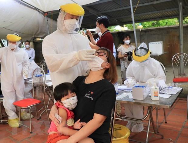 Lấy mẫu xét nghiệm SARS-CoV-2 cho người dân Bắc Ninh. (Ảnh: Thanh Thương/TTXVN).