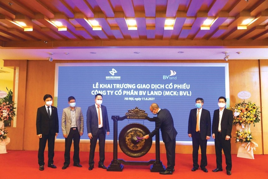 Ông Tạ Hoài Hạnh - CT HĐQT BV Land thực hiện nghi thức đánh cồng khai trương phiên giao dịch đầu tiên.
