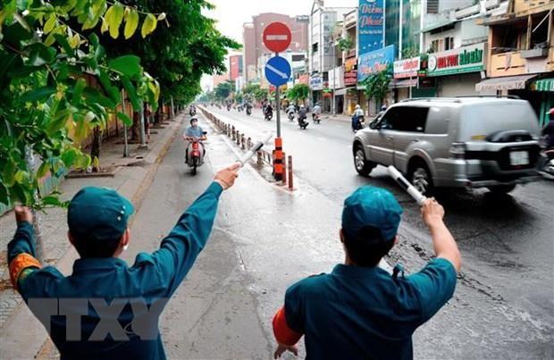 Các lực lượng chức năng hướng dẫn người dân quay đầu xe khi đi vào quận Gò Vấp. (Ảnh: An Hiếu/TTXVN).