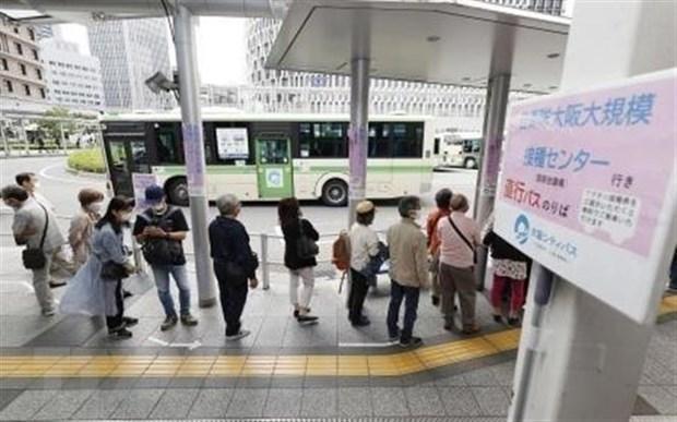 Nhân viên y tế tiêm chủng vaccine ngừa COVID-19 tại Osaka, Nhật Bản. (Ảnh: Kyodo/TTXVN).