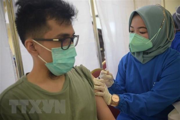 Nhân viên y tế tiêm vaccine phòng COVID-19 cho người dân tại Jakarta, Indonesia. (Ảnh: THX/TTXVN).