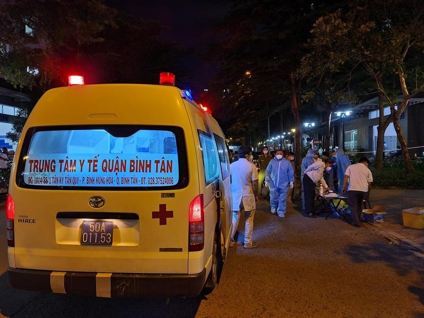 Nhân viên y tế tham gia lấy mẫu trong đêm ở Ehome 3 Bình Tân. Ảnh HCDC.