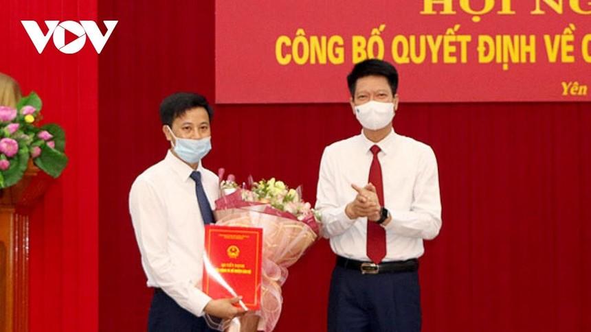 Phó Chủ tịch Thường trực UBND tỉnh Yên Bái Nguyễn Thế Phước trao Quyết định cho ông Lê Minh Đức.