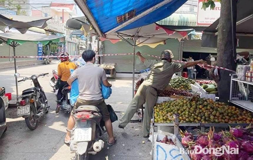 Lực lượng chức năng phong tỏa khu vực chợ ở P.An Bình, TP.Biên Hòa. (Ảnh: Báo Đồng Nai).