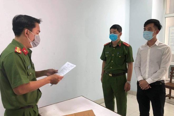 Cơ quan Cảnh sát điều tra Công an TP. Đà Nẵng đọc quyết định khởi tố Nguyễn Quang Trọng - Giám đốc Thẩm mỹ viện Amida (Ảnh: CTV).