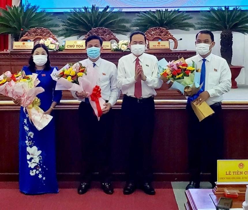 Ủy viên Bộ chính trị, Phó Chủ tịch thường trực Quốc hội Trần Thanh Mẫn tặng hoa chúc mừng Chủ tịch và các Phó Chủ tịch HĐND tỉnh Hậu Giang vừa đắc cử.