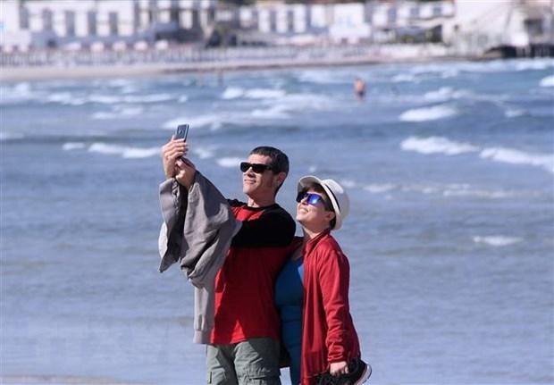 Người dân vui chơi trên bãi biển ở Cagliari, Sardinia, Italy, sau khi các biện pháp phòng chống dịch COVID-19 được nới lỏng. (Ảnh: THX/TTXVN).