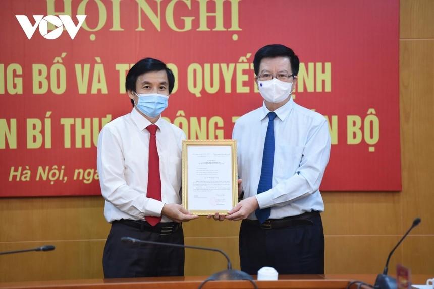 Phó Trưởng ban thường trực Ban Tổ chức Trung ương Mai Văn Chính (bìa phải) trao quyết định của Ban Bí thư cho ông Nguyễn Quang Trường.