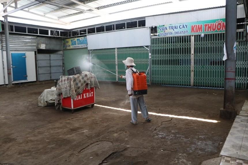 Nhân viên y tế đang phun khử khuẩn tại chợ nông sản Phan Rang.
