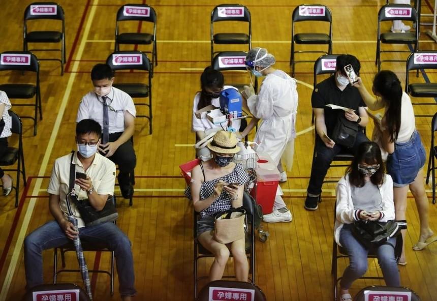 Tiêm chủng vaccine Covid-19 ở Bệnh viện Đại học Quốc gia Đài Loan ở Đài Bắc ngày 21/7. Ảnh: Getty.