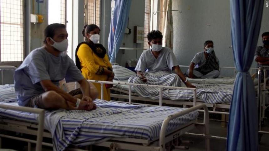Hàng chục nghìn bệnh nhân Covid-19 khỏi bệnh ở Ấn Độ phải đối mặt với nguy cơ bị hủy hoại vĩnh viễn khuôn mặt, mất thị lực, thậm chí tử vong do nấm đen. Ảnh: CNN.