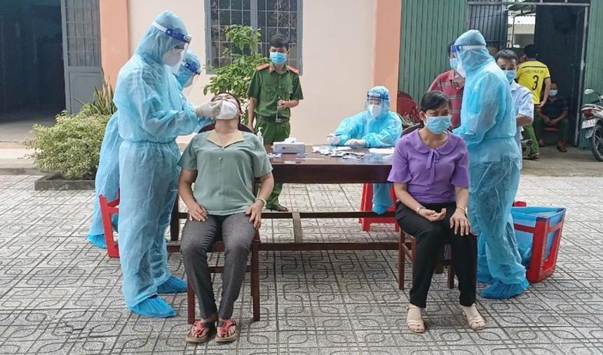 Lấy mẫu xét nghiệm trong cộng đồng tại Tây Ninh.