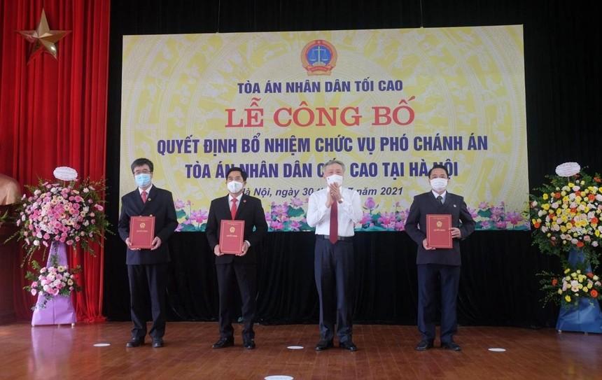 Trao quyết định cho 3 tân Phó Chánh án TAND Cấp cao tại Hà Nội.