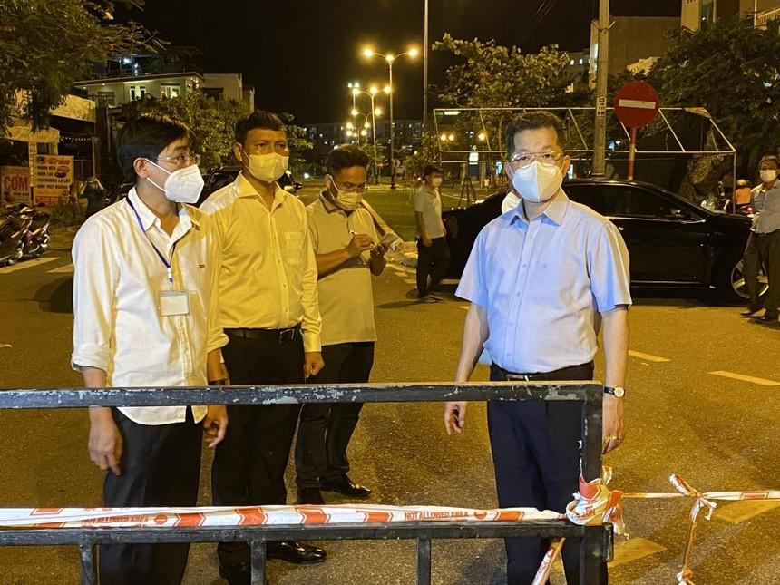 Ông Nguyễn Văn Quảng, Bí thư Thành ủy Đà Nẵng (áo xanh ngắn tay) kiểm tra một chốt kiếm soát tại phường Nại Hiên Đông, quận Sơn Trà.