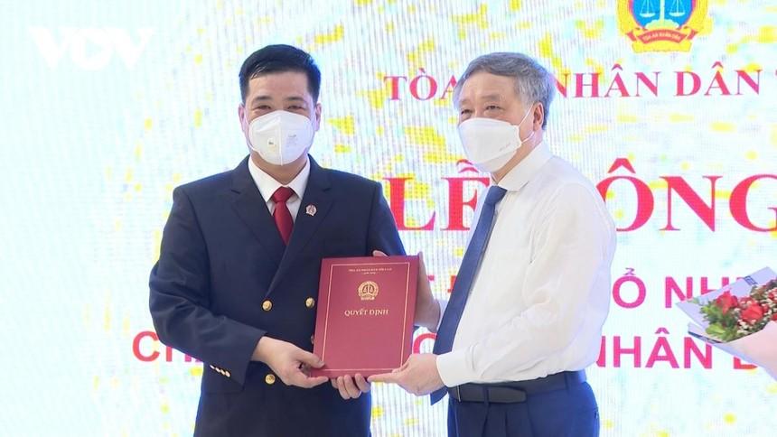 Ủy viên Bộ Chính trị, Bí thư TW Đảng, Chánh Án TAND tối cao Nguyễn Hòa Bình trao quyết định cho ông Thân Quốc Hùng.
