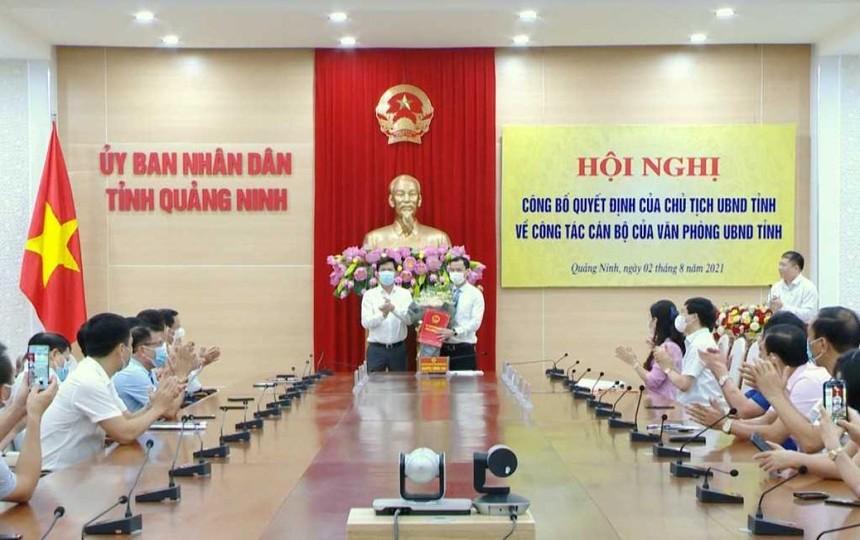 Tân Chánh Văn phòng UBND tỉnh Quảng Ninh Phạm Hồng Biên nhận Quyết định.