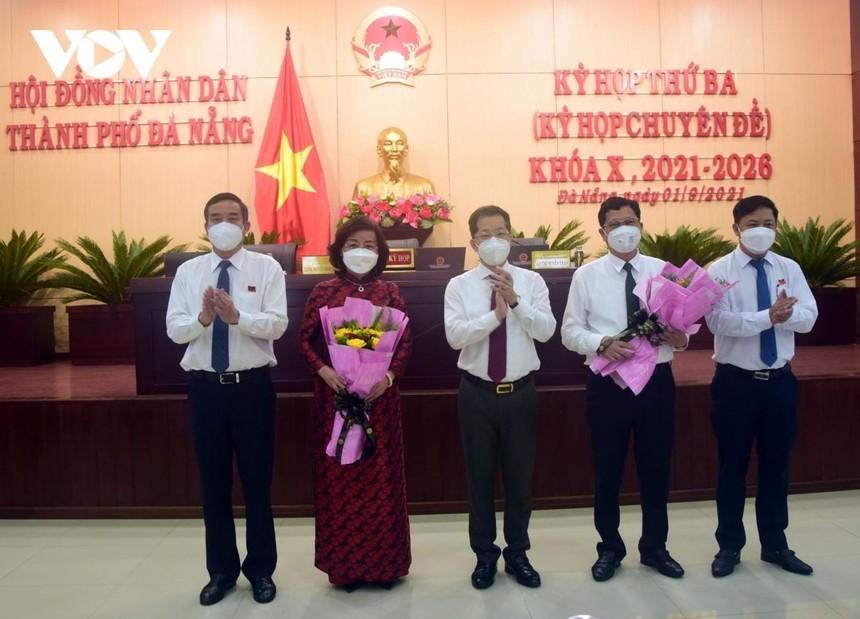 Lãnh đạo thành phố Đà Nẵng tặng hoa 2 Phó Chủ tịch UBND thành phố vừa được bầu (từ trái qua: Bà Ngô Thị Kim Yến và ông Trần Phước Sơn - người thứ tư). (Ảnh ngày 1/9/2021).