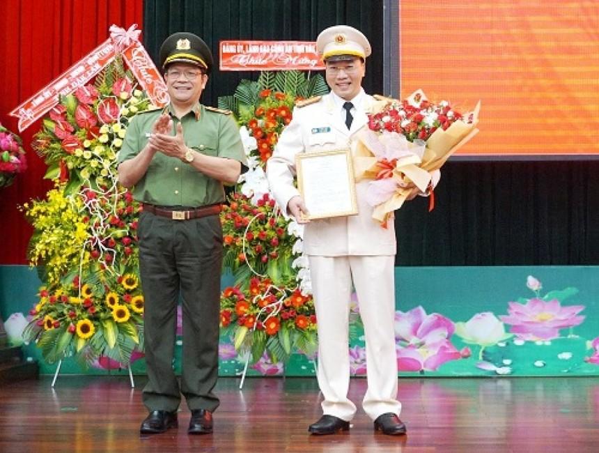 Thiếu tướng Lê Vinh Quy trao quyết định và chúc mừng đồng chí Lê Hữu Tuấn.