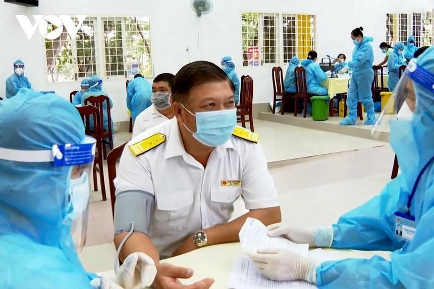 Trà Vinh tiêm vaccine cho lực lượng thường xuyên tiếp xúc với nhiều người.
