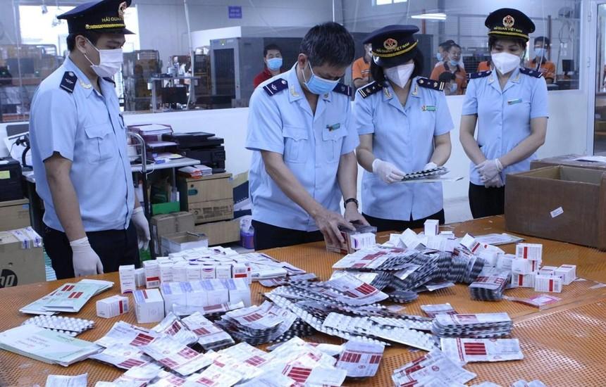 Hải quan thu giữ hơn 60.000 viên thuốc nhập lậu, được dùng trong điều trị COVID-19 như, Favipiravir Tablets 200 mg, Fabiflu 400 mg, Baricitinib, Molnupiravir Capsules… (Ảnh: Vietnam+).