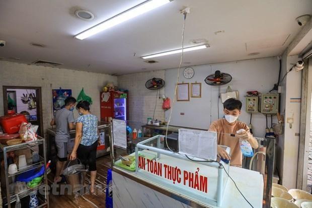 Nhiều hàng quán dọn dẹp sẵn sàng để bán mang về. (Ảnh: Minh Sơn/Vietnam+).