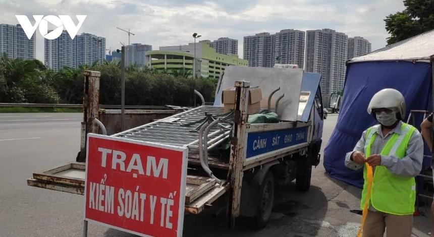 Lực lượng chức năng tháo dỡ chốt kiểm soát dịch tại Đại lộ Thăng Long.