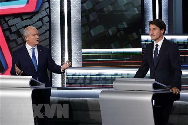 Thủ tướng Canada, lãnh đạo đảng Tự do, Justin Trudeau (phải) và lãnh đạo đảng Bảo thủ Erin O'Toole trong cuộc tranh luận tại Gatineau, Quebec, Canada. (Ảnh: AFP/TTXVN)