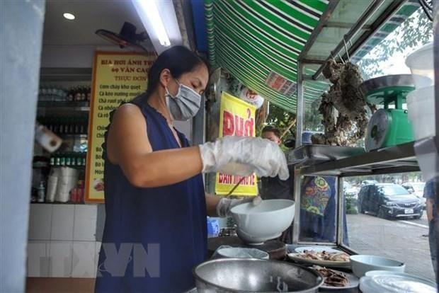 Một cửa hàng phở trên phố Văn Cao (Ba Đình) mở cửa phục vụ khách mua mang về. (Ảnh: Tuấn Đức/TTXVN).