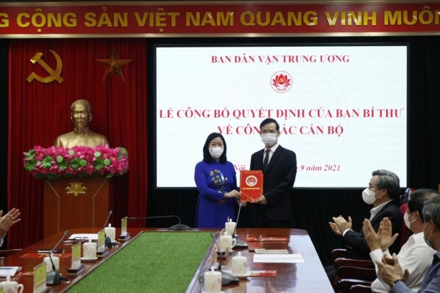 Trưởng Ban Dân vận Trung ương Bùi Thị Minh Hoài đã trao Quyết định cho ông Triệu Tài Vinh, Phó Trưởng Ban Dân vận Trung ương.