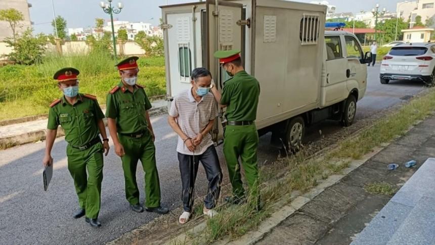 Bị cáo Hồ Đình Tùng được lực lượng chức năng áp giải tới tòa sáng 1/10.