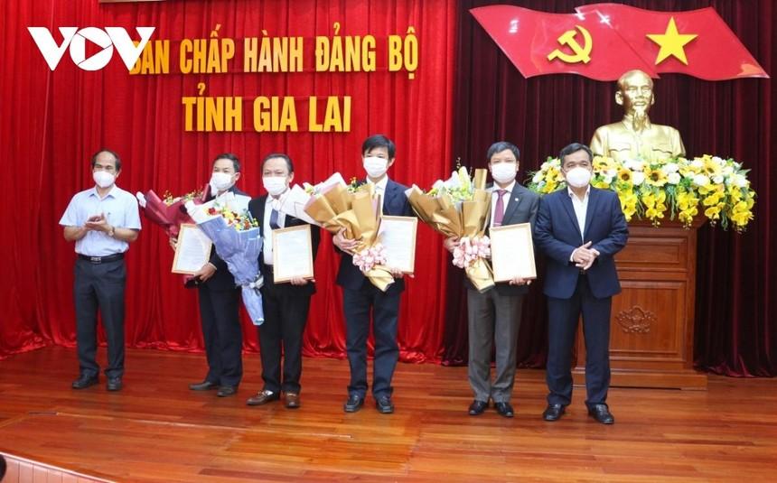 Ban Thường vụ Tỉnh ủy Gia Lai trao quyết định các đồng chí được điều động làm nhiệm vụ mới.