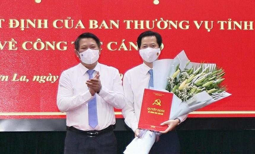 Ông Lò Minh Hùng, Phó Bí thư Thường trực Tỉnh ủy Sơn La trao quyết định bổ nhiệm cho ông Nguyễn Ngọc Tú.