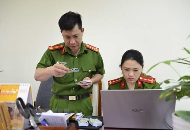 Trả căn cước công dân gắn chip điện tử cho người dân. (Ảnh: Xuân Tư/TTXVN).