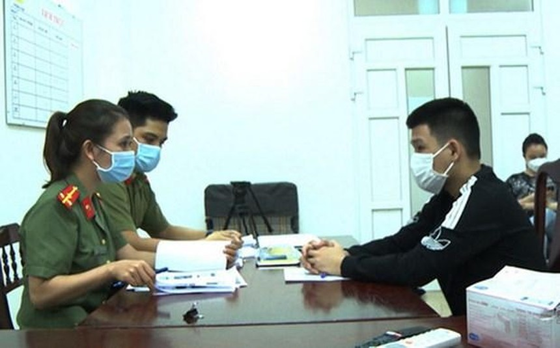 Công an đấu tranh, khai thác đối tượng Lê Thanh Phụng. (Nguồn: congan.com.vn).